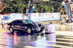 Tông vào trụ bê tông, xe Toyota Camry hỏng nặng