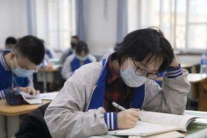 Trường học ở Trung Quốc bắt nữ sinh cắt tóc ngắn