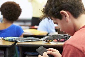 Thầy giáo phát hiện 'điều kỳ diệu' khi cho học sinh dùng điện thoại