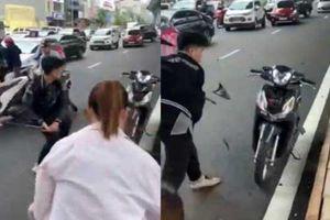 Triệu tập nam thanh niên đâm vào bà bầu, đập xe của người đi đường ở Hà Nội