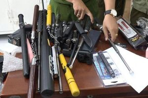 Kho vũ khí 'khủng' ẩn náu trong cửa hàng túi xách ở TP.HCM