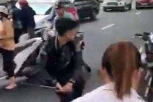 Tạm giữ thanh niên 17 tuổi cầm hung khí đập phá sau va chạm giao thông