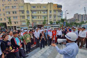 Đoàn đại biểu già làng, trưởng bản dâng hương tưởng niệm Chủ tịch Hồ Chí Minh