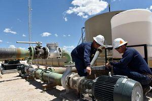 Giá dầu Brent tiến sát 42 USD/thùng nhờ nguồn cung tại Mỹ thắt chặt