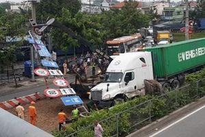 'Hung thần'container lại gây họa khiến giao thông kẹt cứng