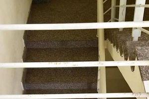 Bé trai 20 tháng tuổi rơi khỏi lan can cầu thang tầng 3 chung cư