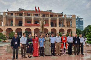 Đoàn đại biểu già làng, trưởng bản tiêu biểu vùng biên giới phía Bắc dâng hương tưởng niệm Chủ tịch Hồ Chí Minh