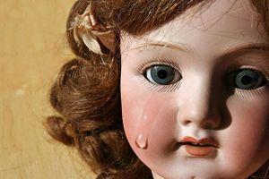 Nghe thấy tiếng búp bê khóc, bé gái 4 tuổi liên tục mất ngủ, người mẹ dửng dưng cho đến khi phát hiện sự thật kinh hoàng