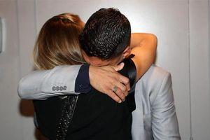 Luis Suarez khóc nghẹn trên vai vợ trong lễ chia tay Barca