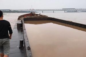 Bắt tại trận 'tàu ma' khai thác cát trái phép trên sông Hồng