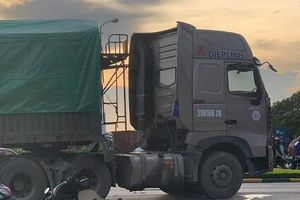 Va chạm kinh hoàng giữa xe máy và xe container, ba bố con thương vong