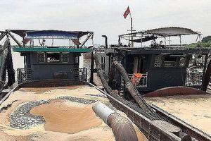 Bắt quả tang tàu khai thác cát trái phép trên sông Hồng lúc rạng sáng