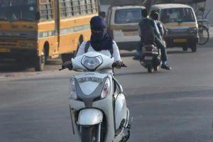 Pha thoát chết 'ngỡ ngàng' của 2 thanh niên đi xe máy không đội mũ bảo hiểm