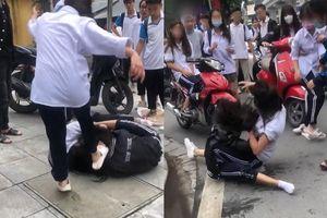 Vụ nữ sinh giật tóc đánh nhau, văng tục trước cổng trường: Tại cái 'nhìn đểu'...