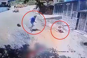 Clip: Thanh niên vứt xe máy giữa đường, lao ra cứu em bé đang trôi xe