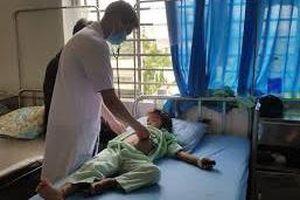 Hà Nội: Một học sinh ngã từ tầng 2 xuống đất