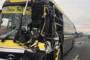 Ô tô khách ủi xe tải 30m, tài xế gục trên vô lăng tử vong sau cú đâm mạnh