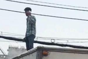 Nam thanh niên nghi 'ngáo đá' quậy phá trên nóc xe tải
