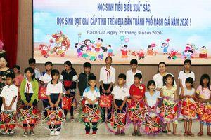 Tặng quà Trung thu cho học sinh nghèo vượt khó học giỏi ở Kiên Giang