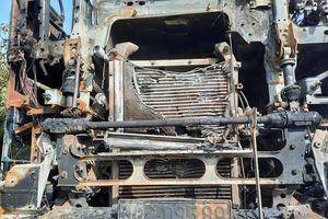 Đang chở cát trên đường, xe tải bất ngờ bốc cháy ngùn ngụt trên QL1A