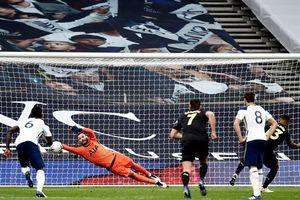 VAR khiến Tottenham rơi điểm cay đắng ở phút bù giờ