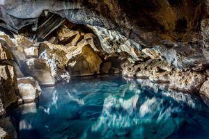 Suối nước nóng tự nhiên trong hang núi lửa