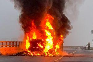 Xe container bốc cháy trên quốc lộ