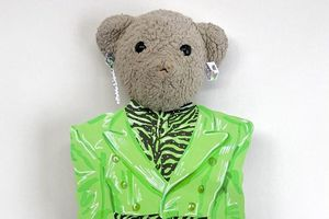 Chàng trai nổi tiếng với tài làm trang phục giấy cho gấu bông