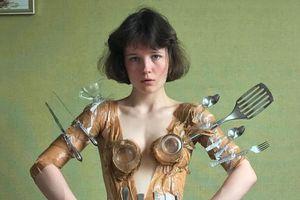 Cô gái nổi tiếng với tài làm váy áo từ mỳ, vỏ bánh kẹo