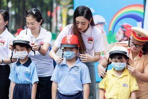 Hoa hậu Lương Thùy Linh vận động đội mũ bảo hiểm cho trẻ em