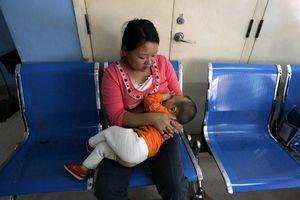 Giới khoa học Trung Quốc cho rằng sữa mẹ có thể giúp chống COVID-19