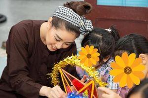 Hoa hậu Khánh Vân đóng vai chú Cuội, vui trung thu cùng trẻ em