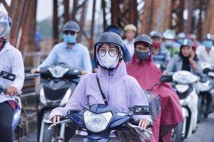 Người dân Hà Nội mặc áo khoác, co ro đi làm trong mưa lạnh sáng đầu tuần