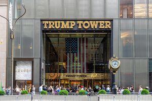 New York Times: Cơn bão tài chính bủa vây ông Trump