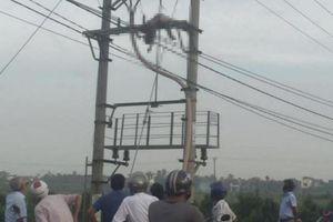 Nửa đêm mất điện, sáng sớm tá hỏa phát hiện xác người đàn ông đội mũ bảo hiểm, chân đi giầy vàng trên cột điện