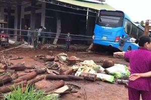 Xe chở công nhân Nhà máy thủy điện Ya Ly mất lái lao vào nhà dân