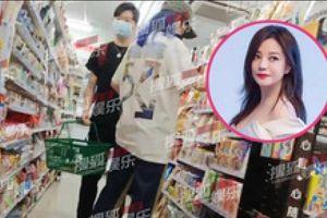 Triệu Vy bị bắt gặp sánh bước bên trai trẻ giữa tin đồn ly hôn chồng đại gia đang vỡ nợ