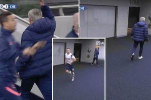 Bi hài cảnh HLV Mourinho vào tận... nhà vệ sinh lôi học trò ra thi đấu