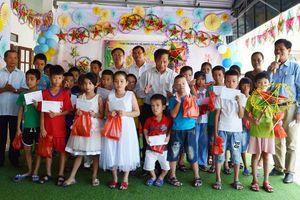Quảng Bình: Tặng quà Tết Trung thu cho trẻ em khuyết tật