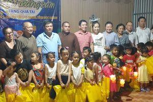 Đoàn thiện nguyện trao 400 phần quà vui Hội trăng rằm cho học sinh ở huyện Cù Lao Dung