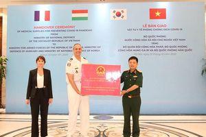 Bộ Quốc phòng Việt Nam trao vật tư y tế tặng quân đội một số nước