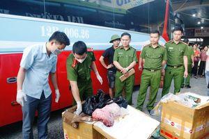 Hà Tĩnh: Bắt xe khách vận chuyển 2,5 tạ thịt chó và nội tạng bốc mùi