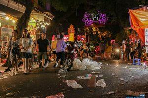 Ngán ngẩm cảnh 'phố Trung thu' Hà Nội ngâp trong rác thải, cốc nhựa, túi nilong vương vãi khắp nơi