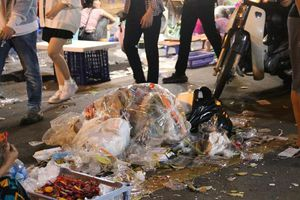 Hình ảnh phố Hàng Mã ngập trong rác sau đêm Trung thu
