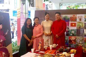 Triển lãm tranh 'Những sắc hoa Hà Nội' và 'Quốc hoa các nước ASEAN' tại Hà Nội