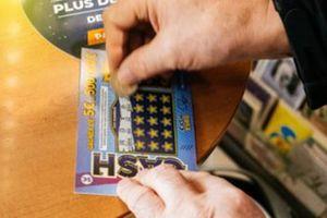 4 người ăn xin không được cho tiền mà được mỗi tấm vé số cào, ai ngờ trúng luôn 1,4 tỷ