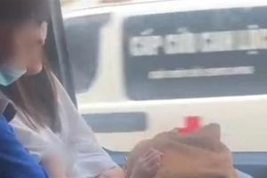 Thanh niên thản nhiên luồn tay vào áo bạn trên xe bus