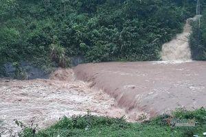 Hai thanh niên Quảng Trị bị lũ cuốn mất tích khi chèo đò qua suối