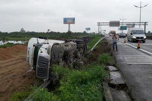 Tai nạn giao thông chiều 7/10: Xe đầu kéo mất kiểm soát tông sập taluy, lật nhào trên cao tốc TPHCM - Trung Lương