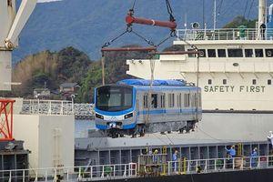 TP.HCM: Người dân háo hức chờ đón đoàn tàu metro số 1